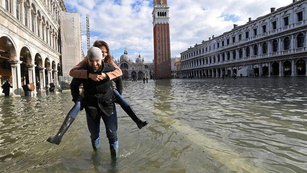 Туристы на площади Сан-Марко во время наводнения в Венеции - Sputnik Латвия