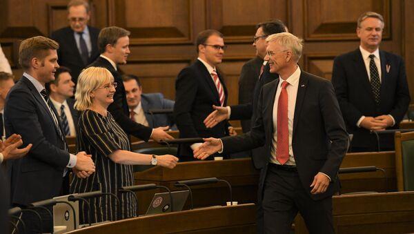 Юта Стрике и Кришьянис Кариньш собираются пожать руки, радуясь принятию бюджета - Sputnik Латвия