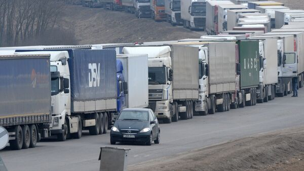 Очередь из большегрузов на границе - Sputnik Латвия