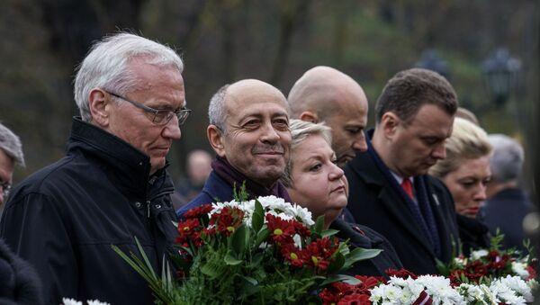 Мэр Риги Олег Буров и вице-мэр Анна Владова (в центре) у памятника Свободы - Sputnik Латвия