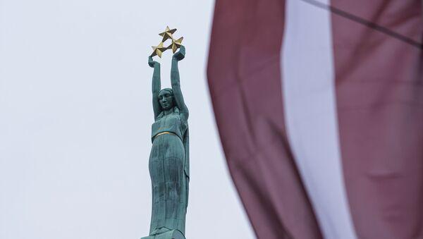 Памятник Свободы и флаг Латвии - Sputnik Латвия