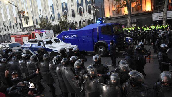Против протестующих в центре Тбилиси вывели спецназ - видео - Sputnik Латвия