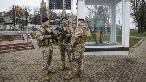 Латвийские солдаты готовятся к параду в Риге в День независимости Латвии - Sputnik Латвия