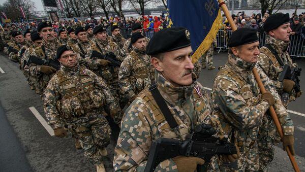 Латвийские солдаты проходят строем во время парада в Риге в День независимости Латвии - Sputnik Латвия
