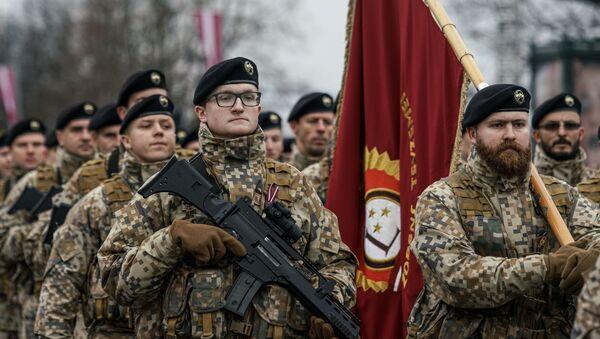 Латвийские солдаты проходят строем во время парада в Риге в День независимости Латвии - Sputnik Latvija