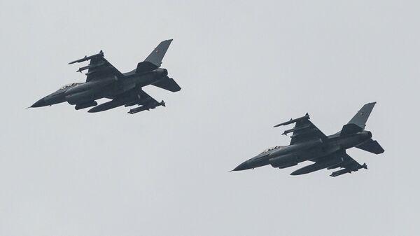 Истребители F-16 Дании во время военного парада в Риге в День независимости Латвии - Sputnik Латвия