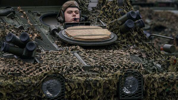 Механик-водитель латвийской БМП CVRT во время военного парада в Риге в День независимости Латвии - Sputnik Латвия