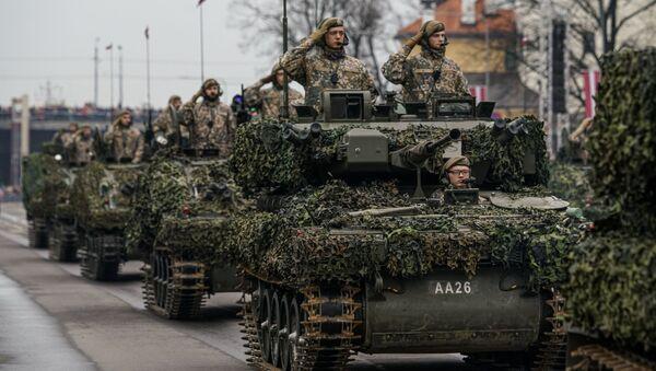 Латвийские БМП CVRT во время военного парада в Риге в День независимости Латвии - Sputnik Latvija
