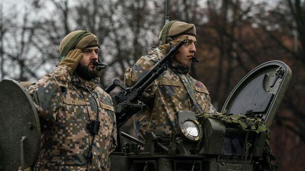 Экипаж латвийской БМП CVRT во время военного парада в Риге в День независимости Латвии - Sputnik Latvija