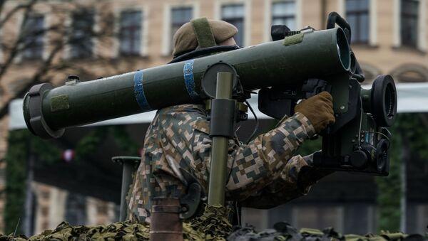 Латвийский военный с противотанковой ракетной системой Spike - Sputnik Latvija