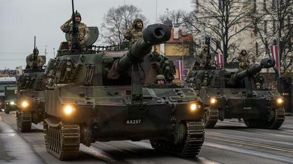 Латвийские самоходные гаубицы М109 на параде в Риге в День независимости Латвии - Sputnik Латвия