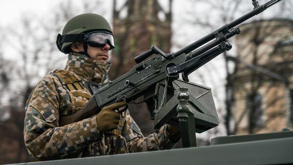 Латвийский военный за пулеметной установкой на параде в Риге в День независимости Латвии - Sputnik Латвия