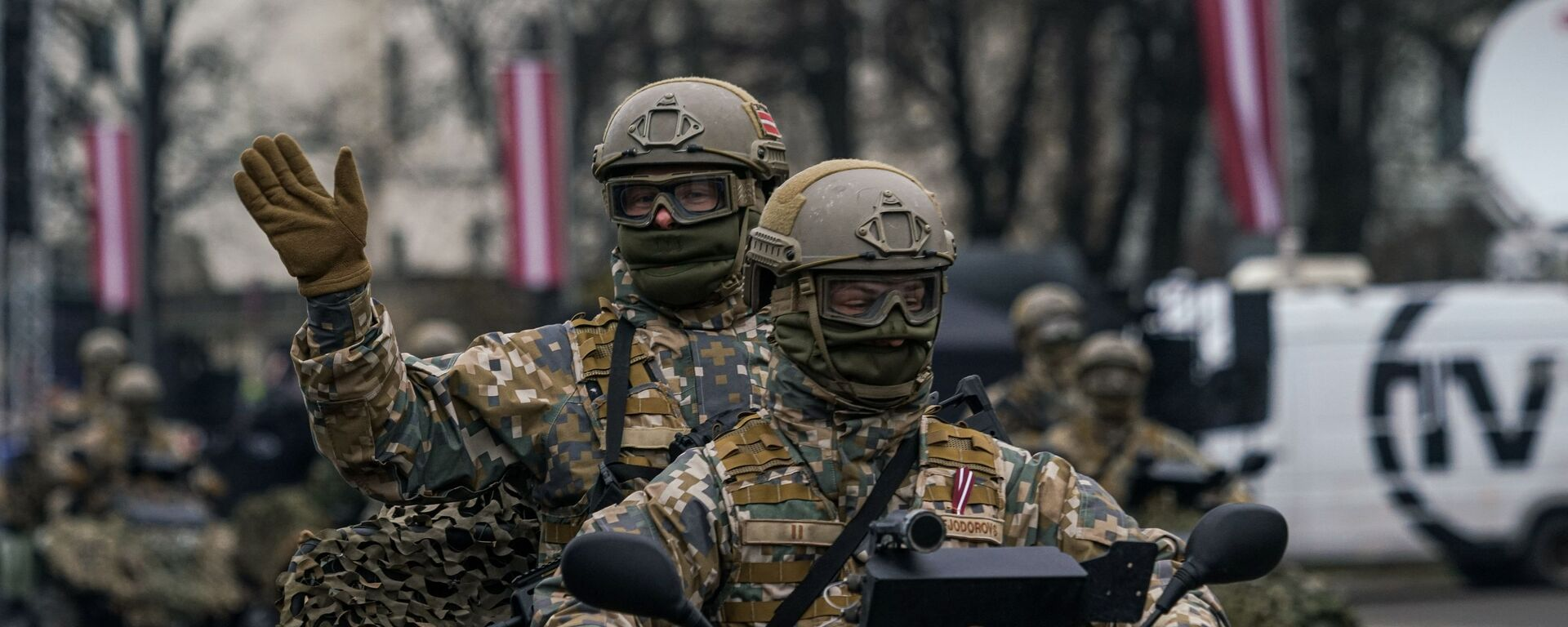 Латвийские военнослужащие на багги на параде в Риге в День независимости Латвии - Sputnik Latvija, 1920, 05.02.2021