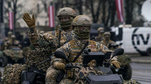 Латвийские военнослужащие на багги на параде в Риге в День независимости Латвии - Sputnik Latvija