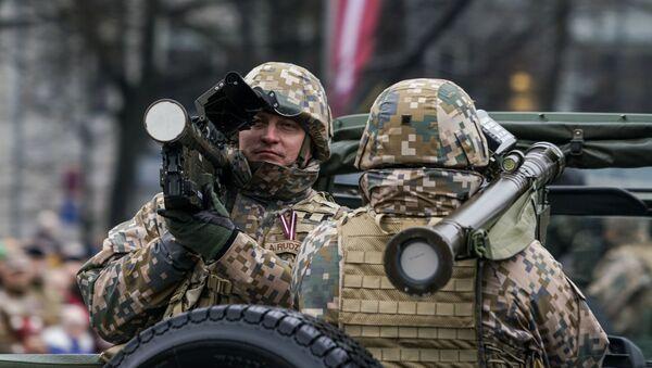 Латвийский военный c переносным зенитным комплексом Stinger на параде в Риге в День независимости Латвии - Sputnik Латвия