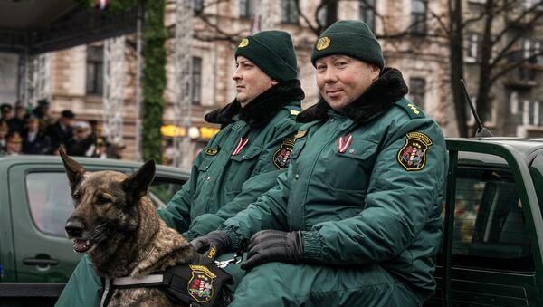 Латвийские пограничники с собакой на параде в Риге в День независимости Латвии - Sputnik Латвия