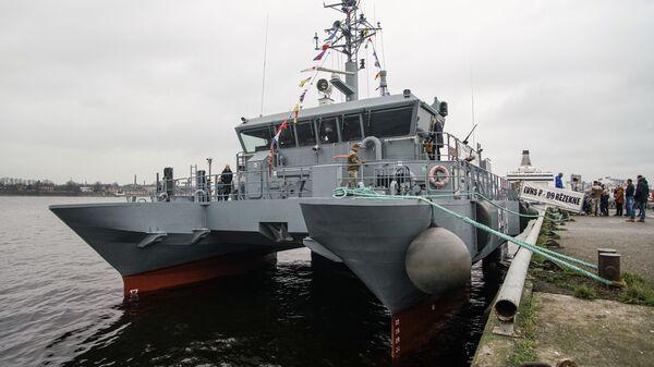 Патрульный катер P-09 Rezekne Береговой охраны Латвийских ВМС в Рижском пассажирском порту в День независимости Латвии - Sputnik Латвия