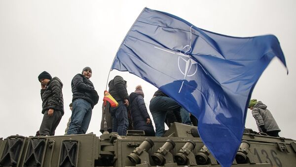Рижане осматривают военную технику НАТО во время парада Риге в День независимости Латвии - Sputnik Латвия