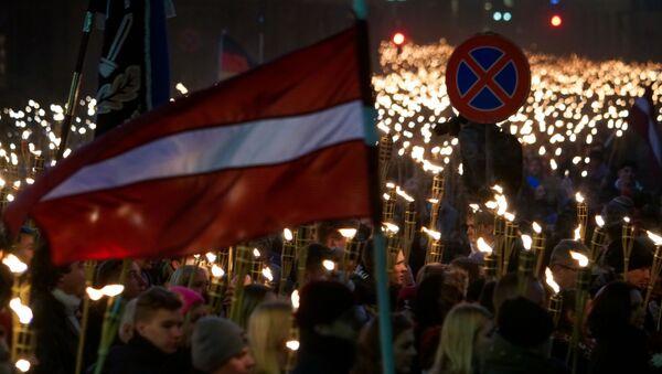 Участники факельного шествия в честь Дня независимости Латвии - Sputnik Латвия