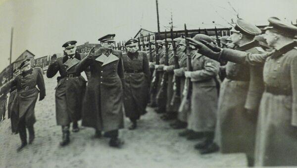 Генерал Андрей Власов вместе с немецкими офицерами принимает парад частей РОА - Sputnik Latvija