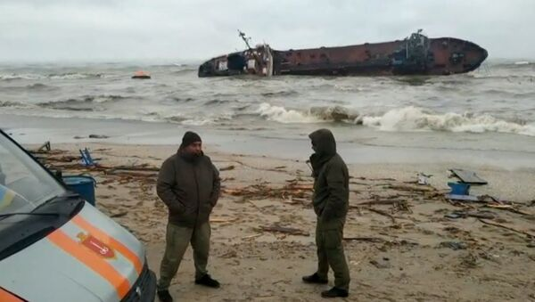 Смотрите, что сделал шторм с нефтетанкером в Одесском заливе - Sputnik Latvija
