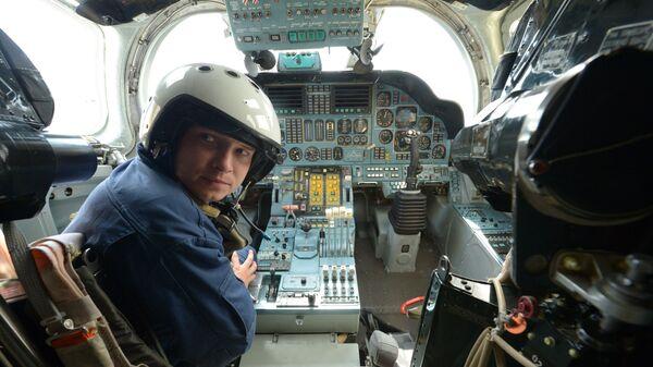 Командир стратегического бомбардировщика Ту-160 в кабине самолета - Sputnik Латвия