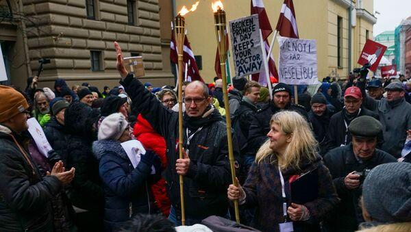 Акция протеста медиков у здания Сейма. Колонна медиков направилась к офису ЦИК для подачи заявления о сборе подписей за роспуск Сейма - Sputnik Latvija