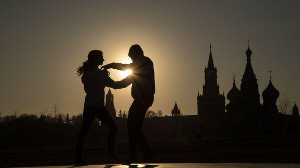 People dancing in Zaryadye Park in Moscow - Sputnik Латвия