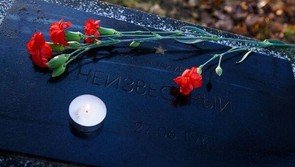 В преддверии Дня неизвестного солдата дипломаты посольства России и сочувствующие рижане возложили цветы и зажгли поминальные свечи на воинских захоронениях в Риге - Sputnik Latvija