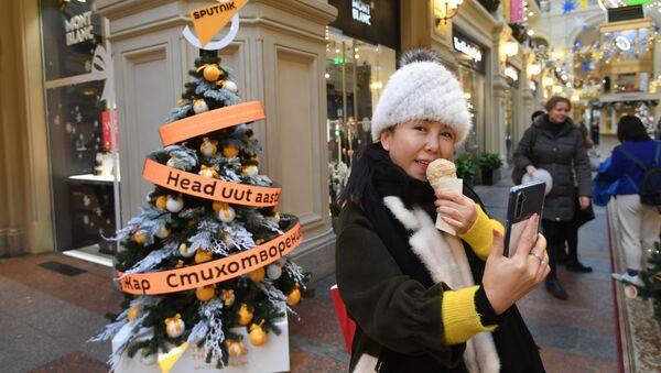 Сказочный лес в центре Москвы: цифровая елка Sputnik украсила ГУМ - Sputnik Латвия