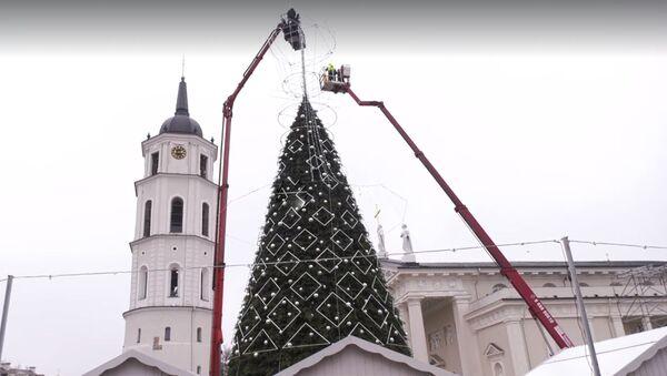 Мэрия Вильнюса показала на видео установку рождественской елки - Sputnik Латвия