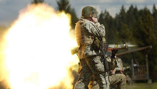 Солдат целится из гранатомета AT4 - Sputnik Латвия