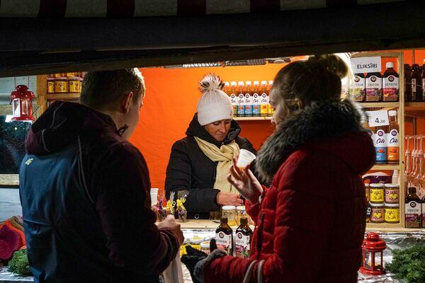Посетители рождественской ярмарки в Риге - Sputnik Латвия