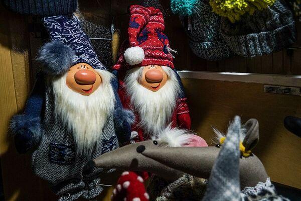Гномики на рождественской ярмарке на Домской площади в Риге - Sputnik Латвия