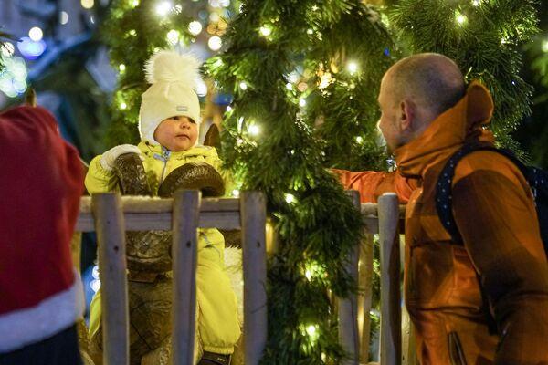 Посетители рождественской ярмарки на Домской площади в Риге - Sputnik Латвия