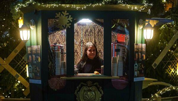 Павильон на рождественской ярмарке на Домской площади в Риге - Sputnik Латвия