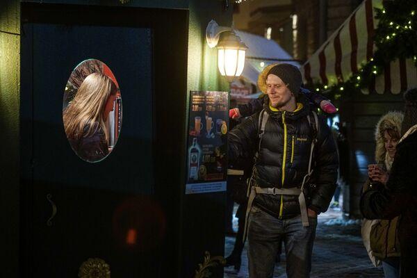 Рождественская ярмарка на Домской площади в Риге. - Sputnik Латвия