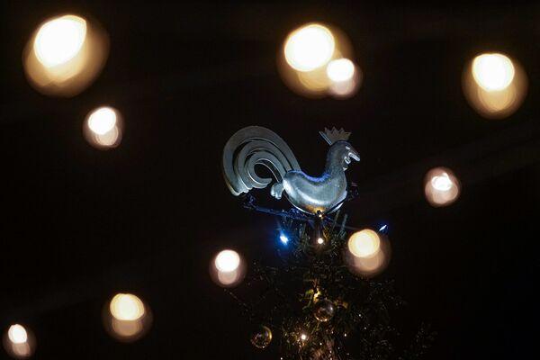 Петушок на рождественской елке в Риге - Sputnik Латвия