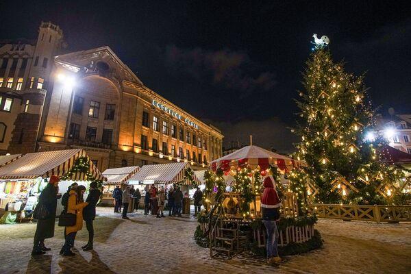 Рождественская ярмарка на Домской площади в Риге - Sputnik Латвия