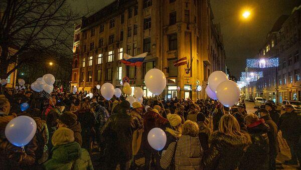 Флаги Латвии и России в центре Риге: латвийцы собрались на марш в защиту образования на русском - Sputnik Латвия
