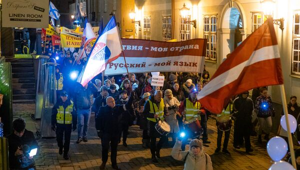 Участники акции протеста Марш света против тьмы, против перевода всех школ национальных меньшинств на латышский язык обучения, в Риге - Sputnik Latvija