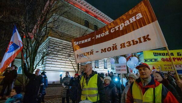 Участники акции протеста Марш света против тьмы, против перевода всех школ национальных меньшинств на латышский язык обучения у здания Сейма - Sputnik Латвия