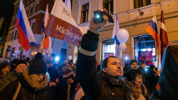 Участники акции протеста Марш света против тьмы выступают против перевода всех школ национальных меньшинств на латышский язык обучения, в Риге - Sputnik Латвия