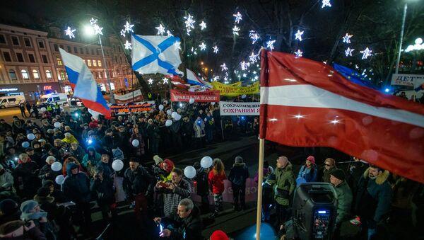 Участники акции протеста Марш света против тьмы, против перевода всех школ национальных меньшинств на латышский язык обучения у памятника Свободы - Sputnik Латвия