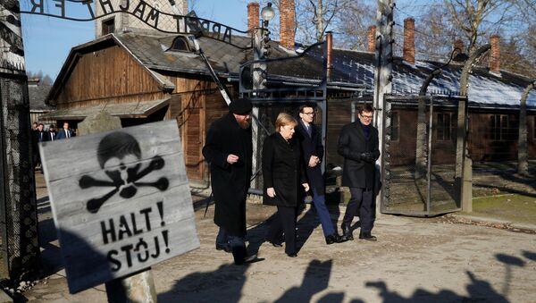 Vācijas kancleres vizīte Aušvicas nāves nometnē - Sputnik Latvija