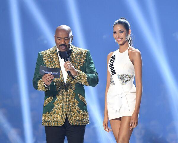 Ведущий Стив Харви и Мисс Вьетнам Хоанг Тхюи на конкурсе красоты Мисс Вселенная 2019 в Атланте, США - Sputnik Латвия