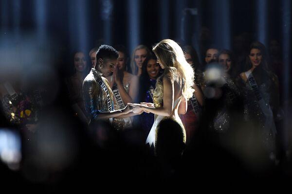 Мисс ЮАР Зозибини Тунци и Мисс Пуэрто-Рико Мэдисон Андерсон в ожидании результатов конкурса красоты Мисс Вселенная 2019 в Атланте, США - Sputnik Латвия