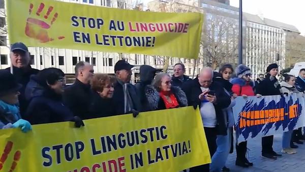 Акция протеста напротив латвийского посольства в Брюсселе против этнической дискриминации в Латвии - Sputnik Latvija