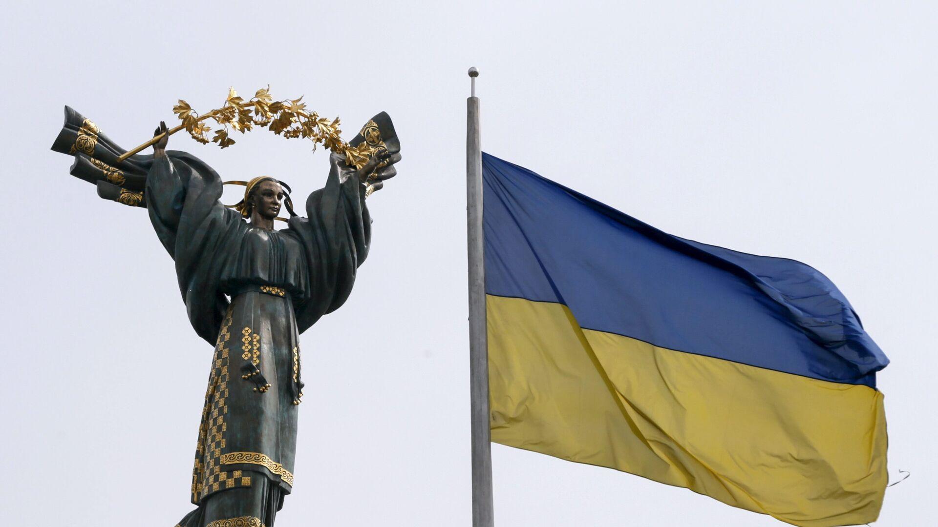 Монумент Независимости в Киеве и флаг Украины - Sputnik Латвия, 1920, 13.07.2021