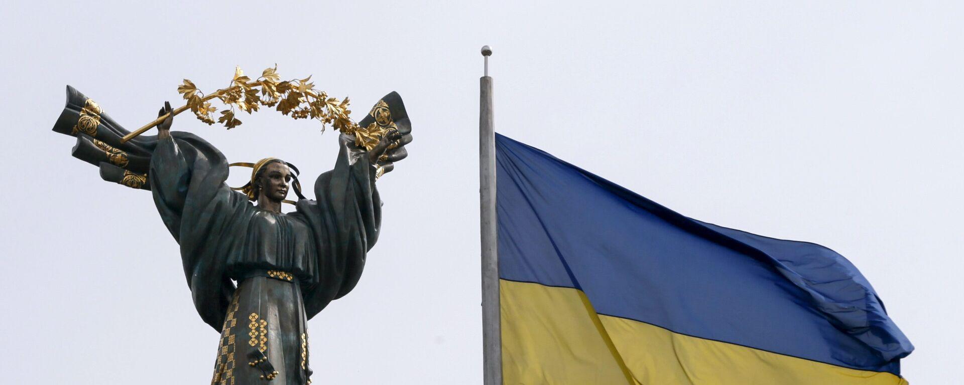 Монумент Независимости в Киеве и флаг Украины - Sputnik Латвия, 1920, 06.09.2021